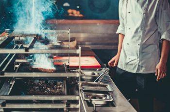 homem cozinhando - novas regras do pat