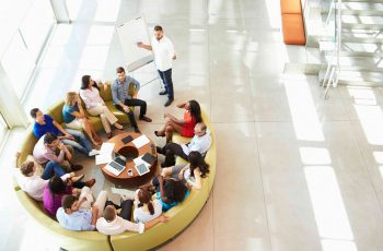 grupo de pessoas sentados para uma reunião - como aprimorar processos de gestão de pessoas